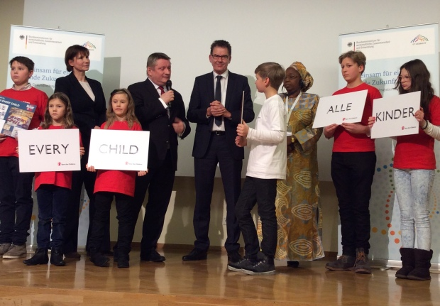 Photo: Federal Minister of Health Hermann Gröhe surrounded by children at the GAVI conference in Berlin