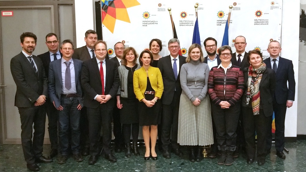 Group picture of State Secretary Lutz Stroppe with representatives of WHO, UNAIDS, UNDP, UNICEF, GIZ and the EU delegation.