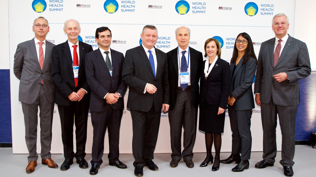 Group picture of Federal Minister of Health Hermann Gröhe and other speakers at the WHS