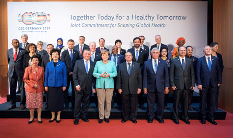 group picture of Chancellor Angela Merkel with the health ministers taking part at the summit