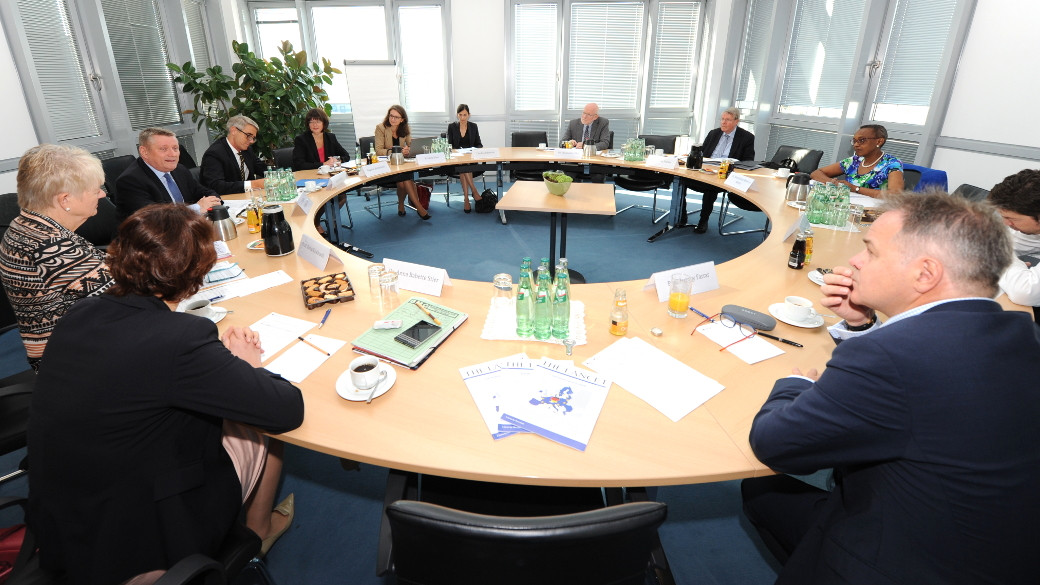 Federal Health Minister Hermann Gröhe with the members of the International Advisory Council at their first meeting in Berlin (Copyright: BMG/Schinkel)